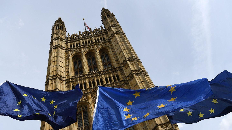 Banderas de la Unión Europea ondean junto al Parlamento británico. (Reuters)