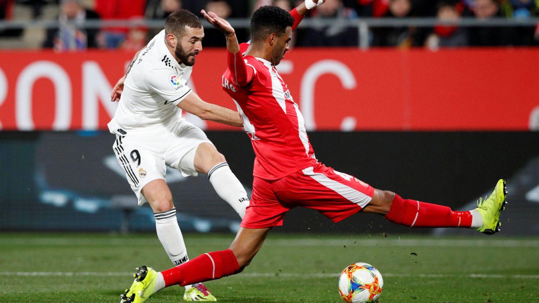 Benzema dispara a portería en Montilivi. (EFE)
