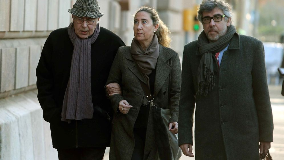 Foto: El exvicepresidente del Palau Jordi Montull (i), acompañado por su hija Gemma Montull, ex directora financiera del Palau, y de su abogado, Jordi Pina (d), a su llegada a la Audiencia de Barcelona este lunes. (EFE)