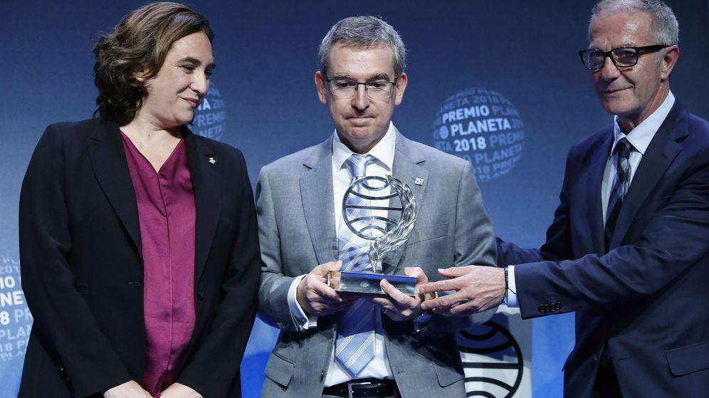 Foto: Ada Colau, Santiago Posteguillo y José Guirao, en el Premio Planeta 2018. (EFE)