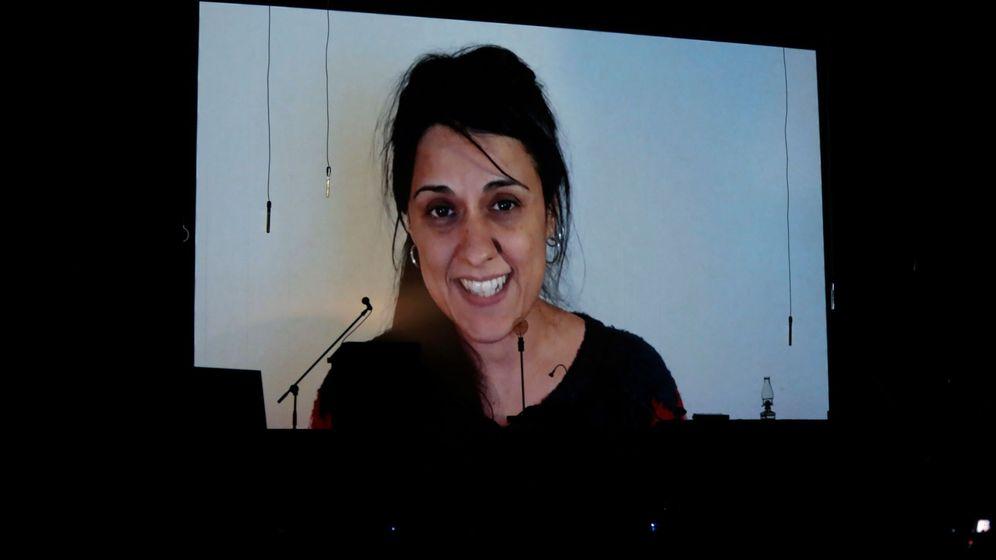 Foto: Acto político y concierto solidario con Anna Gabriel (en la foto) en el que la exdiputada dirige unas palabras desde Suiza. (EFE)