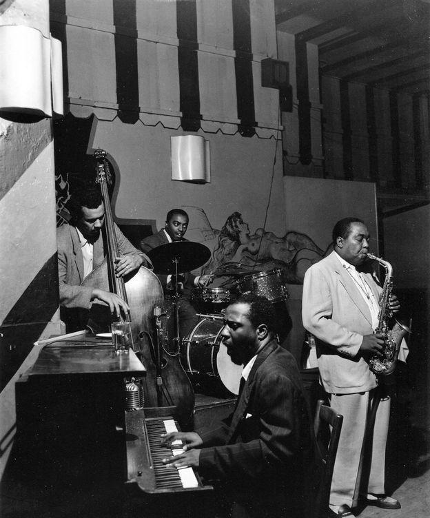 Foto: Charlie Parker con el Thelonious Monk Trio en el Open Door (Bob Parent)