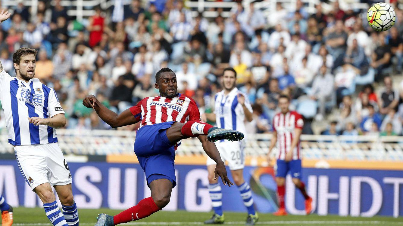 Foto: El delantero del Atlético de Madrid Jackson Martínez (d) durante el partido de la octava jornada de Liga de Primera División (EFE)