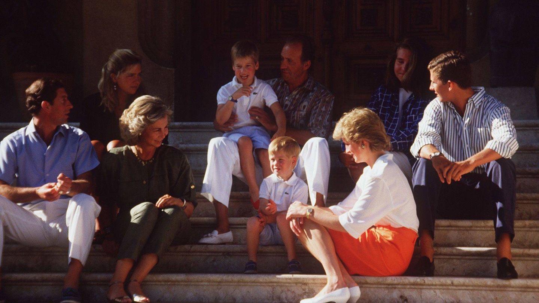 Carlos, Diana y sus hijos, con la familia real española en Mallorca.