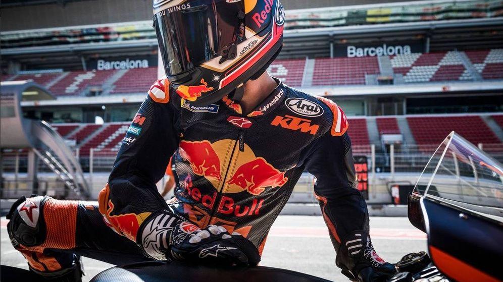 Foto: Dani Pedrosa se sube a la KTM durante los test oficiales de Montmeló. (@KTM_Racing)