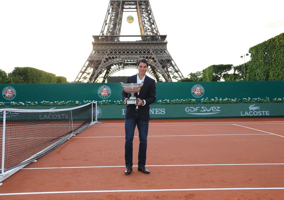 Foto: Rafa Nadal posa con el trofeo de Roland Garros, un trofeo que ha ganado en ocho ocasiones. (Gtres)