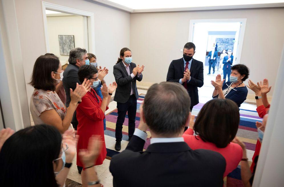 Foto: Pedro Sánchez recibe el aplauso de sus ministros antes de la reunión del Gabinete de este 21 de julio y tras alcanzar el pacto europeo. (EFE)