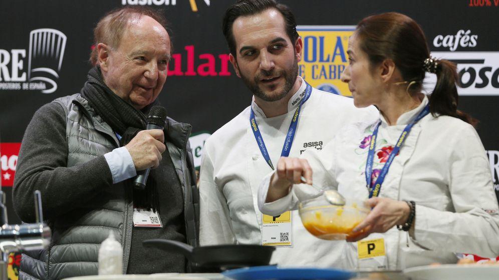 Foto: El presidente de Madrid Fusión, José Carlos Capel (i), junto al cocinero Mario Sandoval y Carmen Carro en Madrid Fusión 2017. (EFE)
