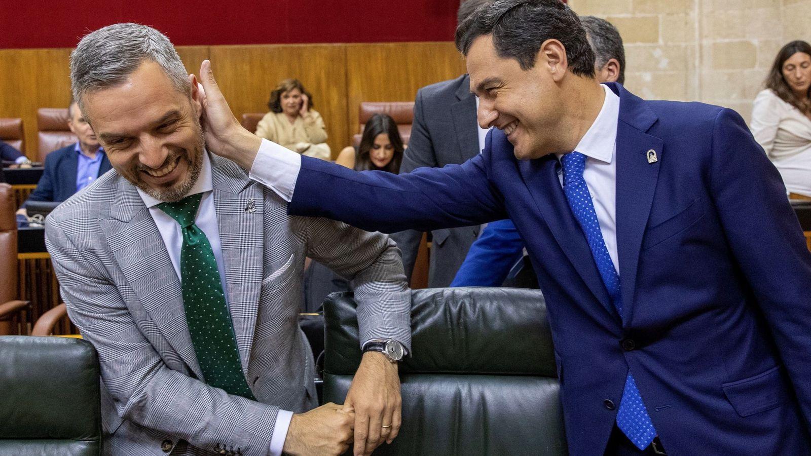 Foto: El presidente de la Junta de Andalucía, Juanma Moreno, bromea con el consejero de Hacienda, Juan Bravo. (EFE)