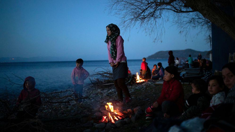 Foto: Los migrantes de Afganistán que llegaron a una playa después de cruzar parte del Mar Egeo desde Turquía a la isla de Lesbos, se calientan junto a una hoguera cerca de la aldea de Skala Sikamias, Grecia (Reuters)