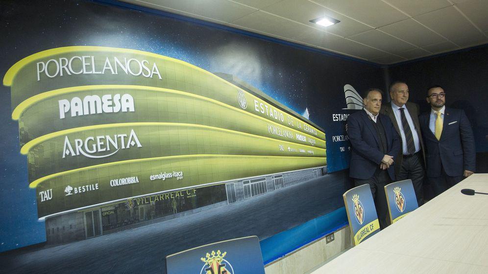 Foto: Fernando Roig, con Javier Tebas (LFP) y José Benlloch, alcalde de Villa-real, en la presentación del nuevo estadio. (EFE)