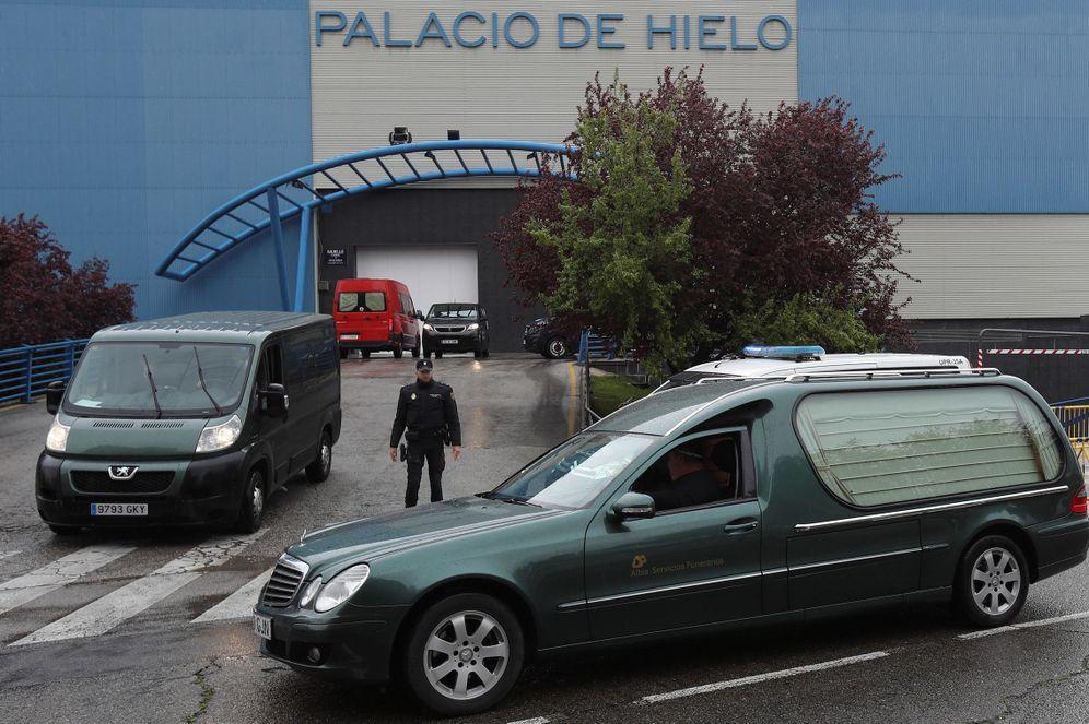 Foto: Un coche fúnebre a las puertas del Palacio de Hielo de Madrid, reconvertido en morgue para albergar los restos de los fallecidos por el coronavirus. (EFE)