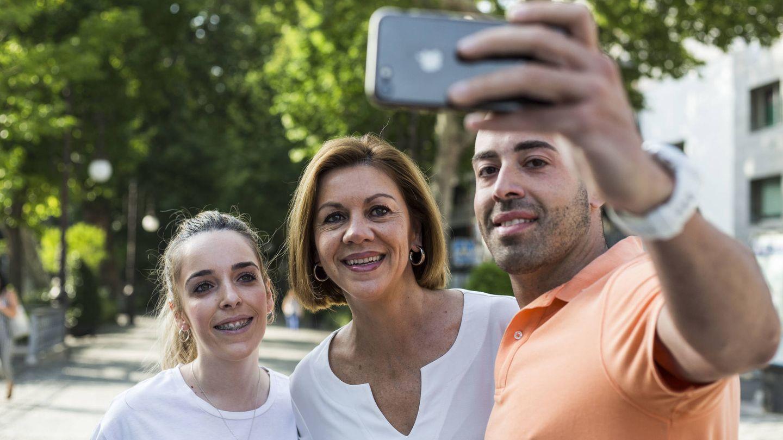 Unos viandantes interrumpen el paseo de la candidata por las calles de Granada para pedirle un 'selfie'.
