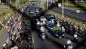El féretro de Maradona llega al cementerio después de una jornada de descontrol