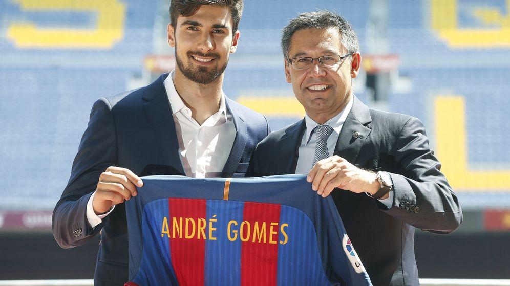 Foto: André Gomes, junto a Josep Maria Bartomeu, durante su presentación como jugador del FC Barcelona. (EFE)