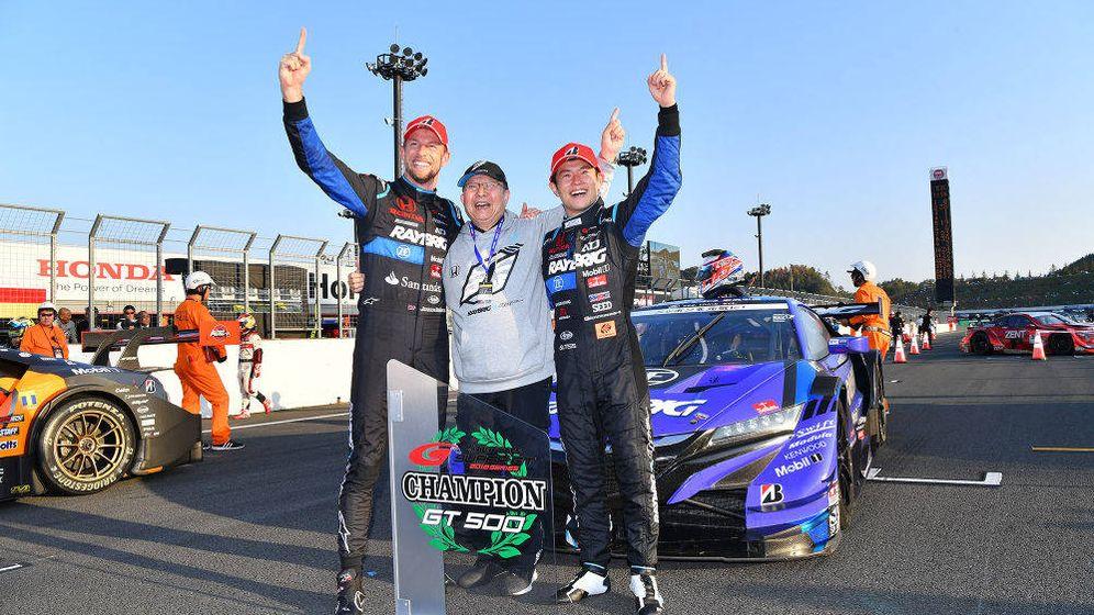 Foto: Naoki Yamamoto celebra su triunfo en Super GT junto a Jenson Button. (Agencias)