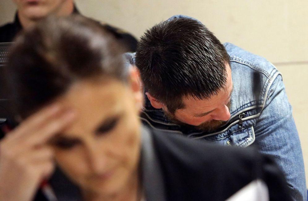 Foto: José Enrique Abuín Gey, alias el Chicle, junto a su abogada. (EFE)