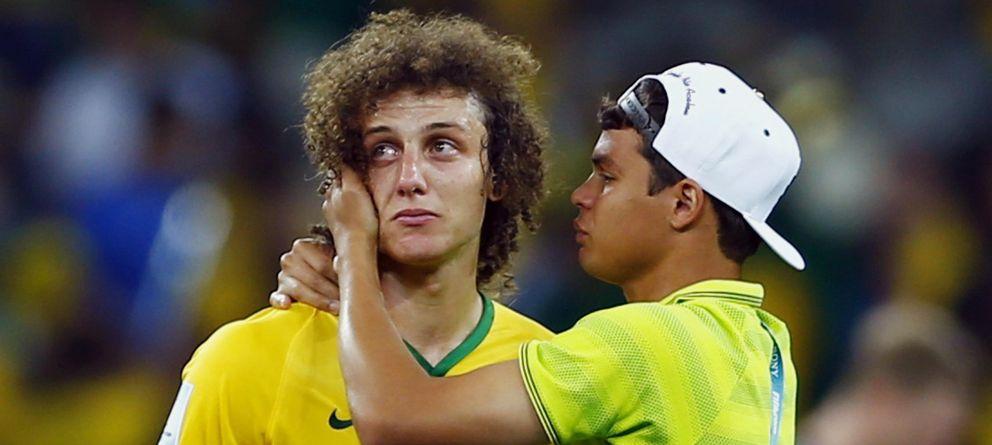 Foto: David Luiz es consolado por Thiago Silva tras la derrota (Reuters).