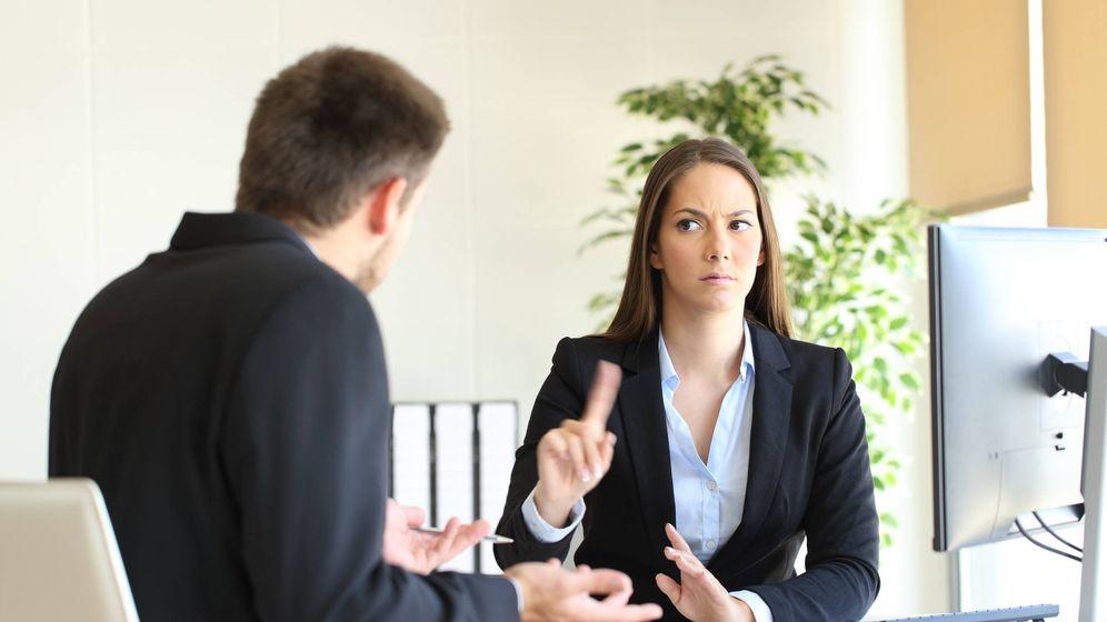 Foto: La respuesta que dos ejecutivas no quieren escuchar en una entrevista de trabajo. (iStock)