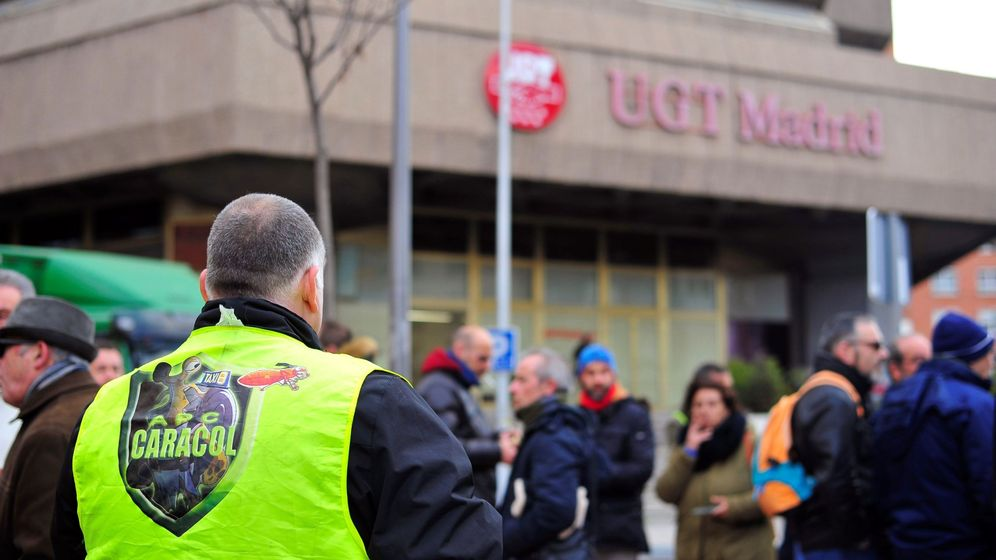 Foto: Decenas de taxistas concentrados frente a la sede de UGT en Madrid. (EFE)