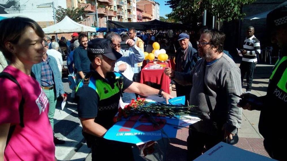 Foto: La policía local de Vic requisó este domingo carteles, octavillas y flores relacionados con el referéndum. (Foto: Camgirem Vic)