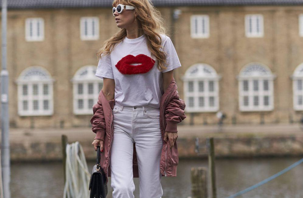 Foto: Vaquero blanco y camiseta print, una pareja infalible. (Imaxtree)
