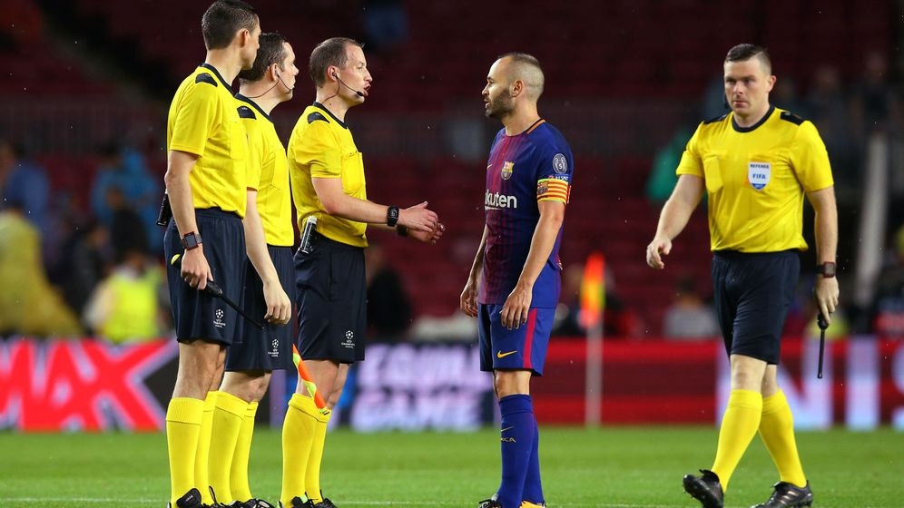 Foto: Iniesta charlando con un árbitro en Champions. (Reuters)