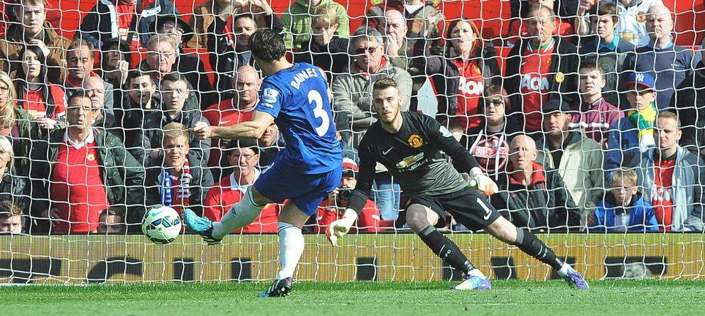 Foto: De Gea, en el momento de parar un penalti a Baines en el United-Everton (EFE)