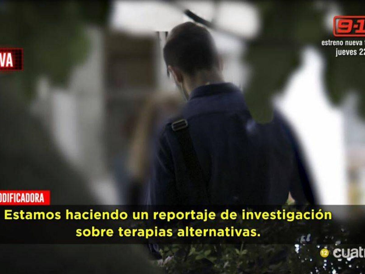 Foto: Un reportero de 'Todo es verdad' y una pseudoterapeuta. (Mediaset)