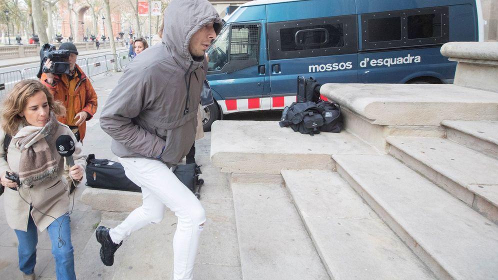 Foto: Uno de los cinco condenados por la violación múltiple de una menor en Manresa (Barcelona), Walter D., a su llegada a la Audiencia de Barcelona. (EFE)