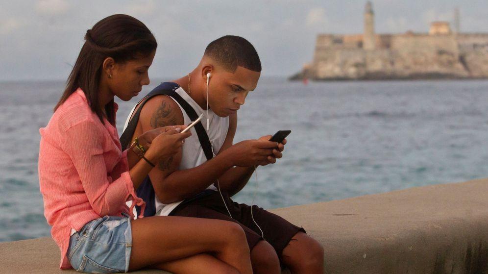 Foto: Jóvenes se conectan a internet en el malecón de La Habana. (EFE)