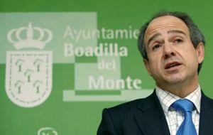 Granados anuncia la dimisión del alcalde de Boadilla y de su 'número dos'