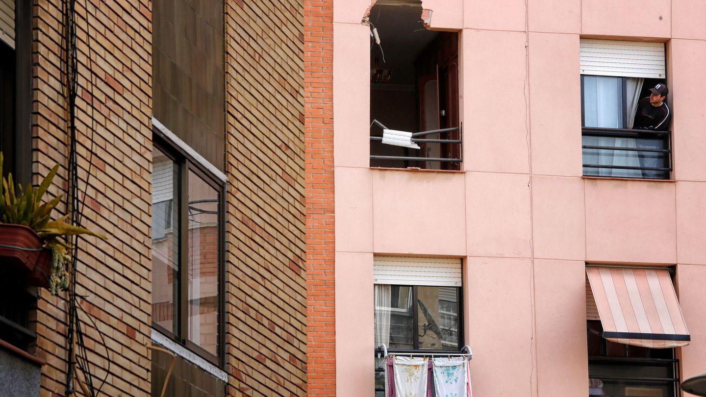 Un joven observa la ventana por donde entró el trozo de metal procedente de la explosión. (EFE)