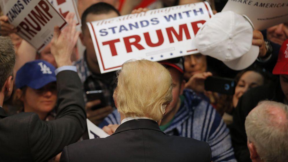 Foto: El candidato a la nominación republicana Donald Trump firma autógrafos a simpatizantes en Concord, Carolina del Norte, el 7 de marzo de 2016 (Reuters).