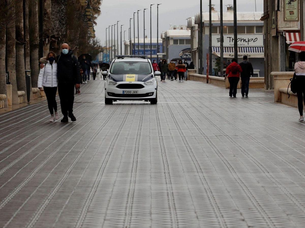 Foto: La Policía Local de Valencia tuvo que actuar para evitar males mayores (EFE/Juan Carlos Cárdenas)