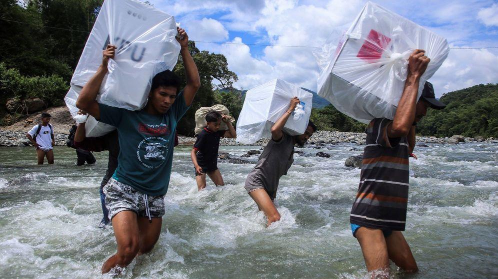 Foto: Empleados electorales en Indonesia.