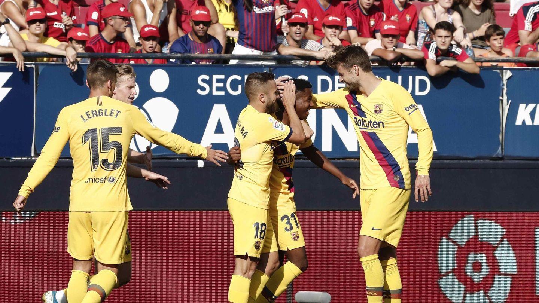 Los jugadores del Barcelona felicitan a Ansu Fati por su gol ante Osasuna. (EFE)