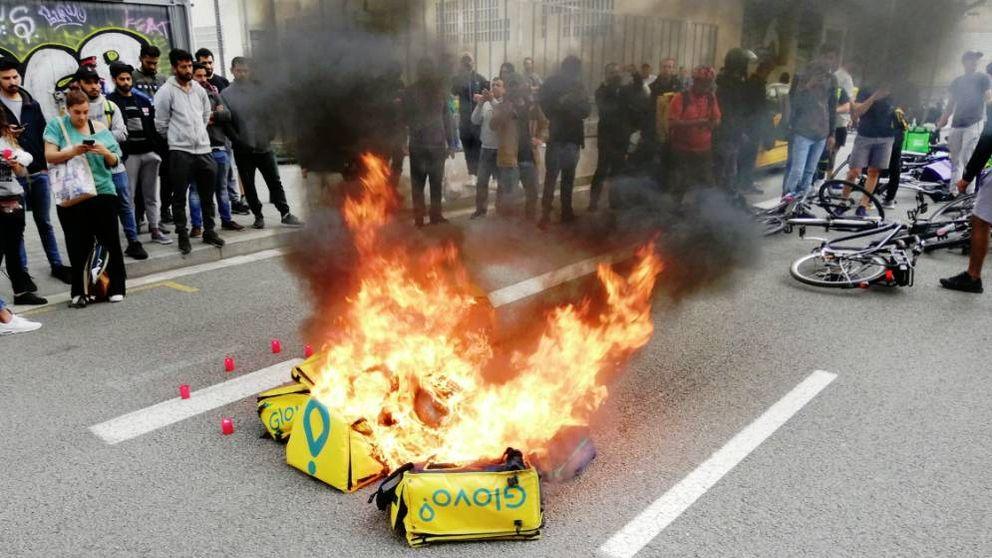 Quema de mochilas y cortes de tráfico: los 'riders' se manifiestan en Barcelona