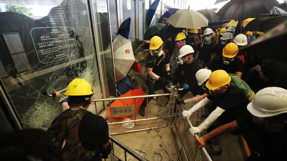 Las protestas en Hong Kong acaban en un inédito asalto popular al Parlamento