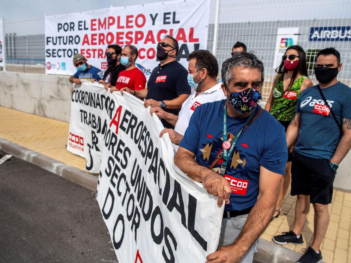 Foto: Los trabajadores de la planta de Airbus de Illescas, durante la concentración a las puertas de la fábrica el pasado julio. (EFE)