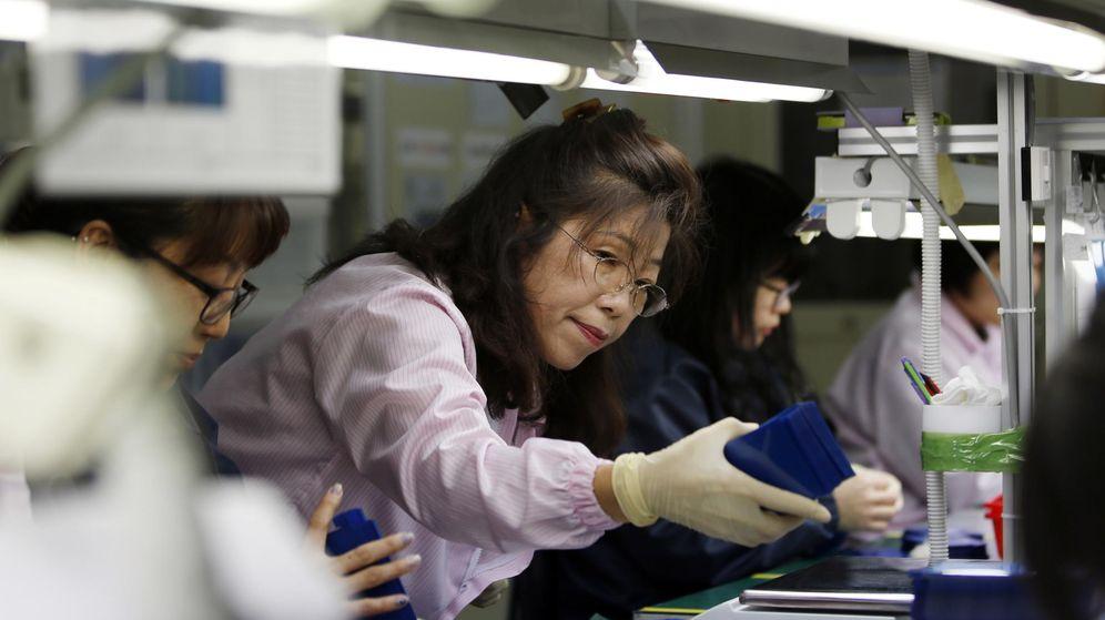 Foto: Empleada en una fábrica de 'smartphones' en China. (Foto: Reuters)