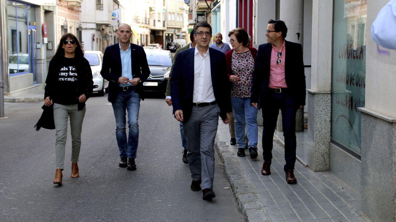 Patxi López, este 21 de abril a su llegada a un encuentro con militantes en Villanueva de la Serena, Badajoz. (EFE)