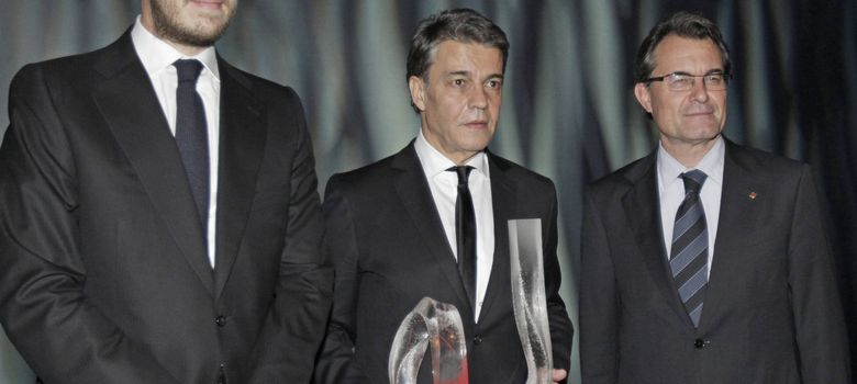 Foto: Artur Mas (d) y el presidente del Grupo Zeta, Antonio Asensio (i), durante la entrega del Premio Catalan al periodista Joaquim Maria Puyal (c).