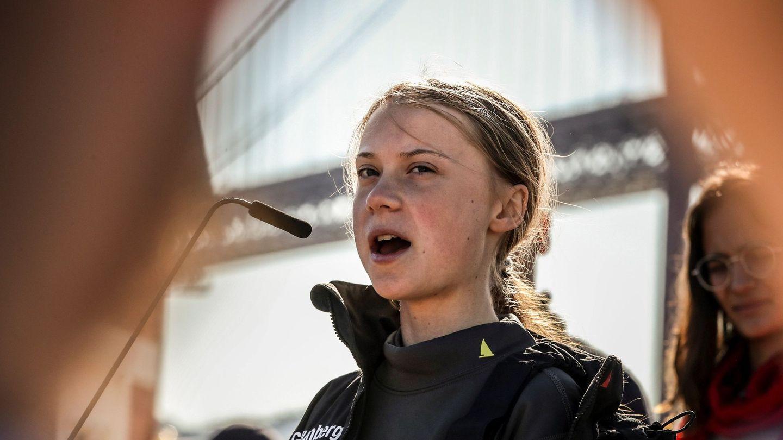 La joven activista sueca Greta Thunberg pronuncia un discurso a su llegada al muelle de Santo Amaro, este martes en Lisboa (Portugal). (EFE)