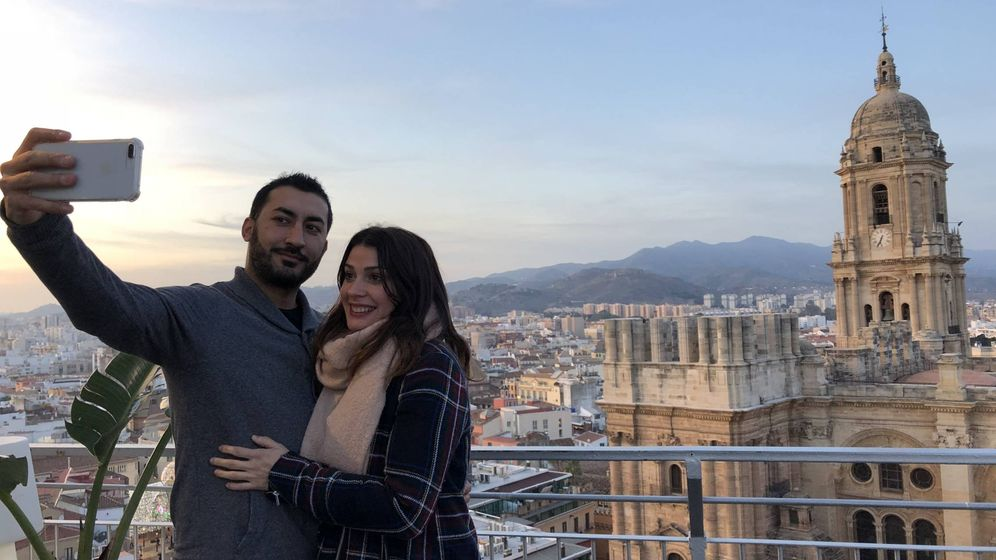 Foto: Emmanuel y Ana, en la terraza del hotel AC Málaga Palacio. Al fondo la catedral de Málaga con la torre sur inacabada (Toñi Guerrero).
