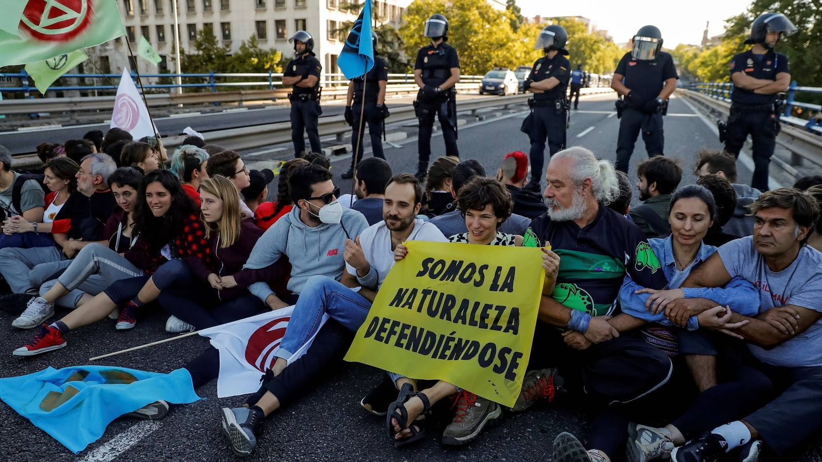 Foto: Activistas por el clima durante la sentada en Nuevos Ministerios. (EFE)