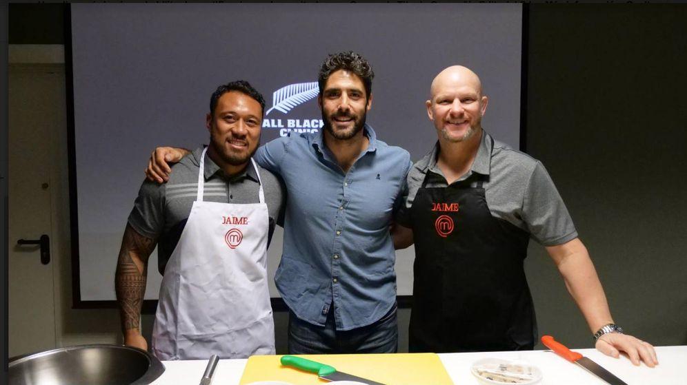 Foto: El capitán de la selección española de rugby, Jaime Nava, junto a Anthony Tatiavake y Bull Allen. (Fotos: Pablo T. Alonso)