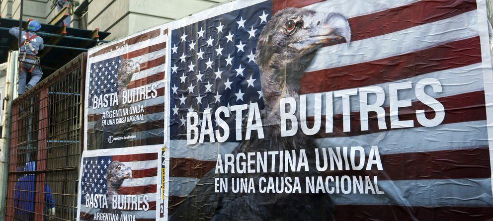 Foto: Trabajadores de la construcción junto a un póster que reza Basta Buitres. Argentina Unida, el 18 de junio en Buenos Aires. (Reuters).