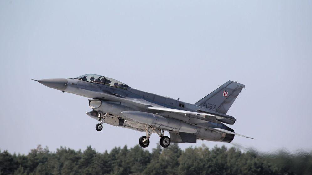 Foto: Un F16 como el que mató a Charles Holbrook en 2017 (EFE EPA/Roman Zawistowski)