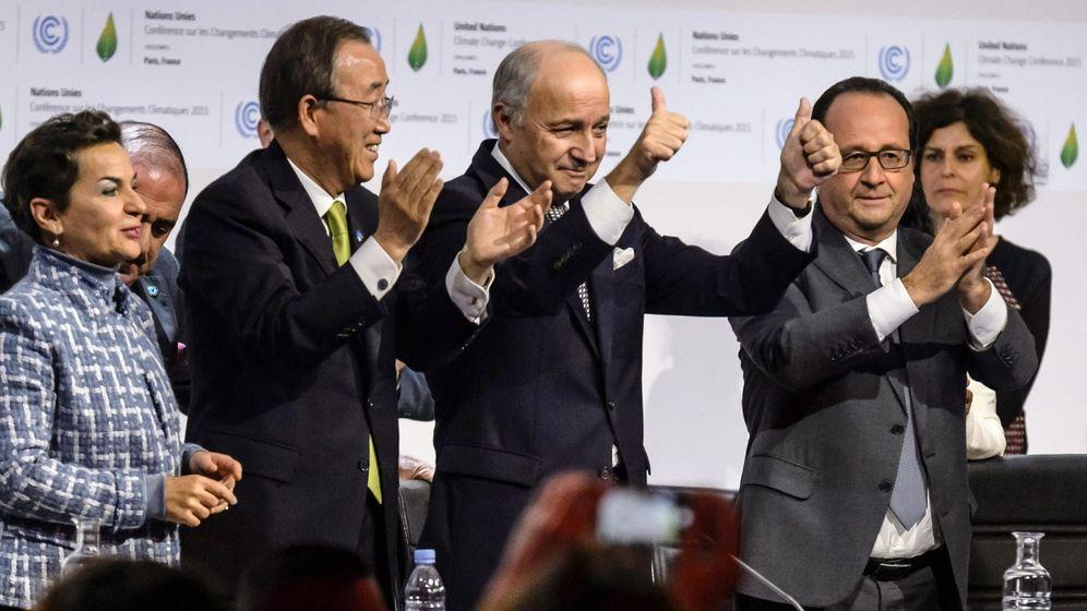 Foto: Los asistentes a la Cumbre del Clima celebran el acuerdo alcanzado. (EFE)